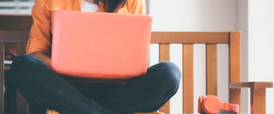 mulher usando um notebook para fazer o TCC