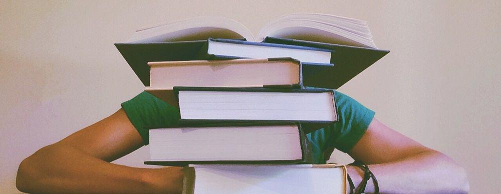 livros sobre a mesa