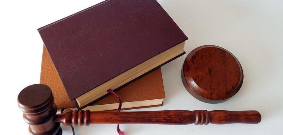 livro e martelo de direito
