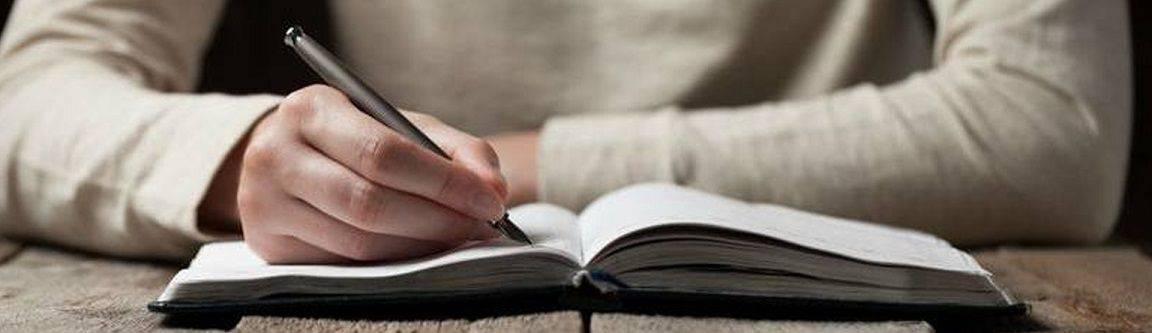 escrevendo no caderno