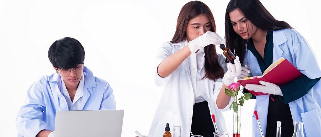 alunos realizando teste científico