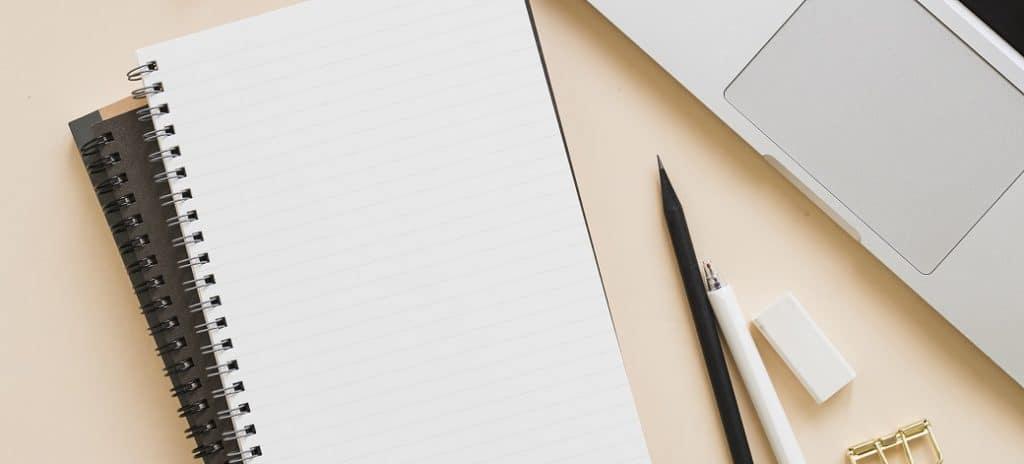 caderno e notebook na mesa