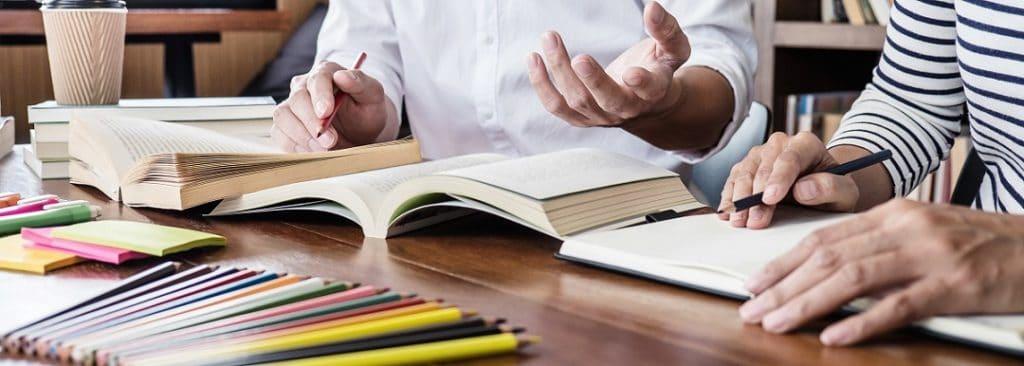 Livros sobre a mesa para referência