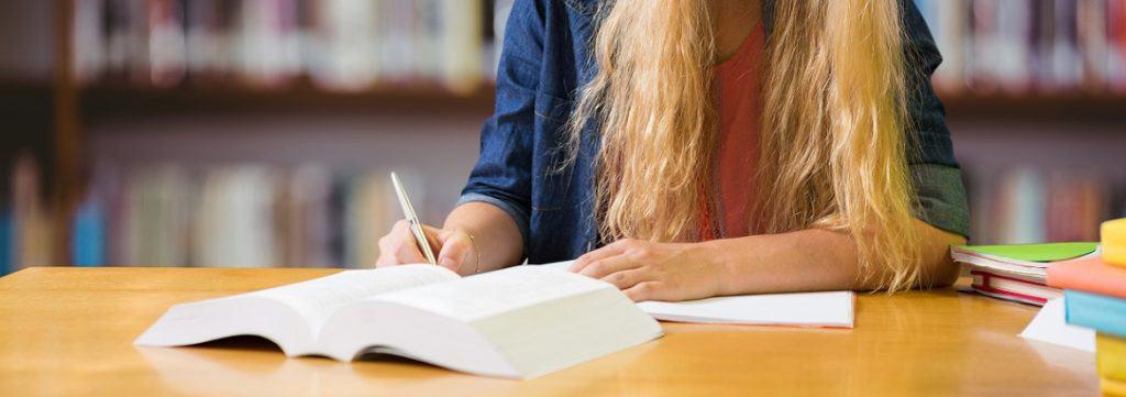 menina escrevendo no caderno
