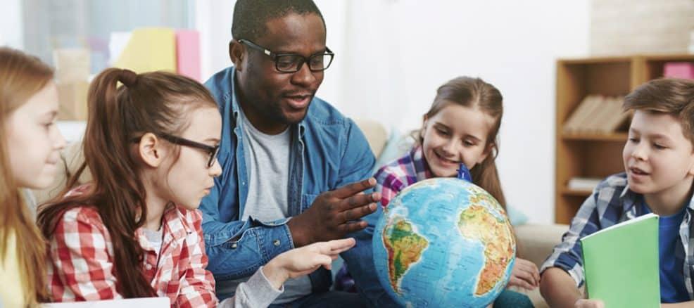 professor com alunos em sala de aula